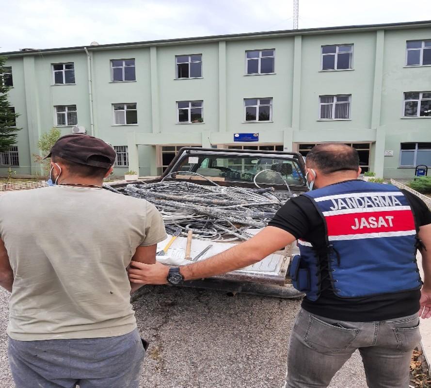 Fabrika'dan bakır kablo çalan hırsız jandarmadan kaçamadı #corum