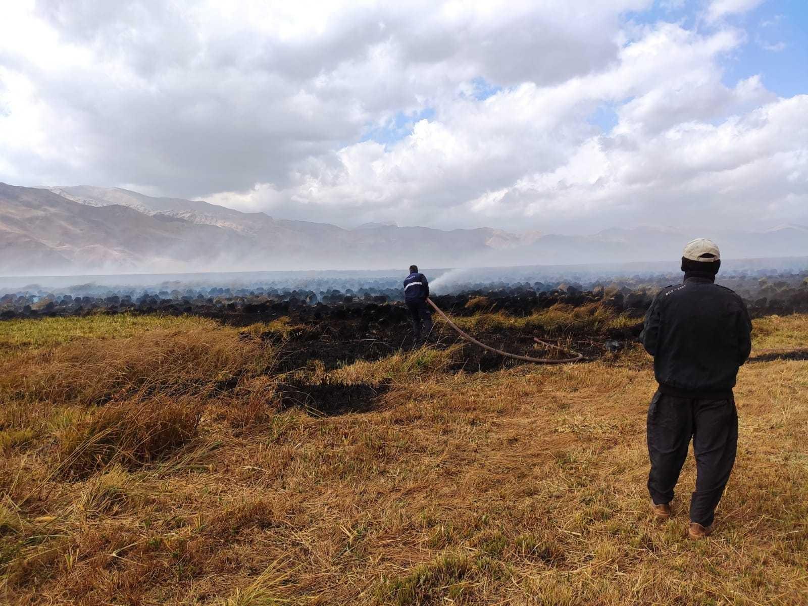 Kuş cennetindeki yangını söndürme çalışmaları devam ediyor #hakkari