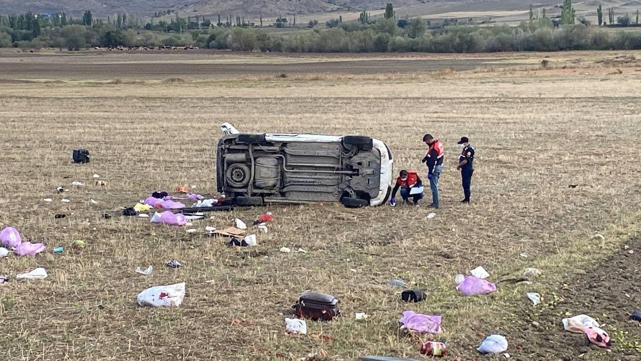 Kontrolden çıkan hafif ticari araç devrildi: 2 ölü, 3 yaralı #corum