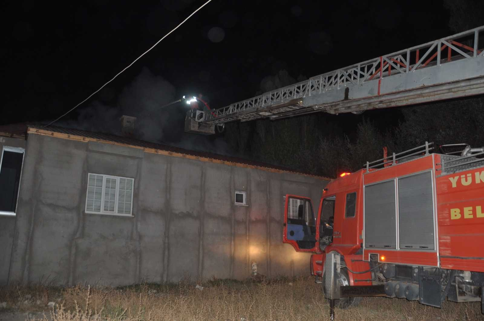 Yüksekova'da çatı yangını korkuttu, mahalleli seferber oldu #hakkari