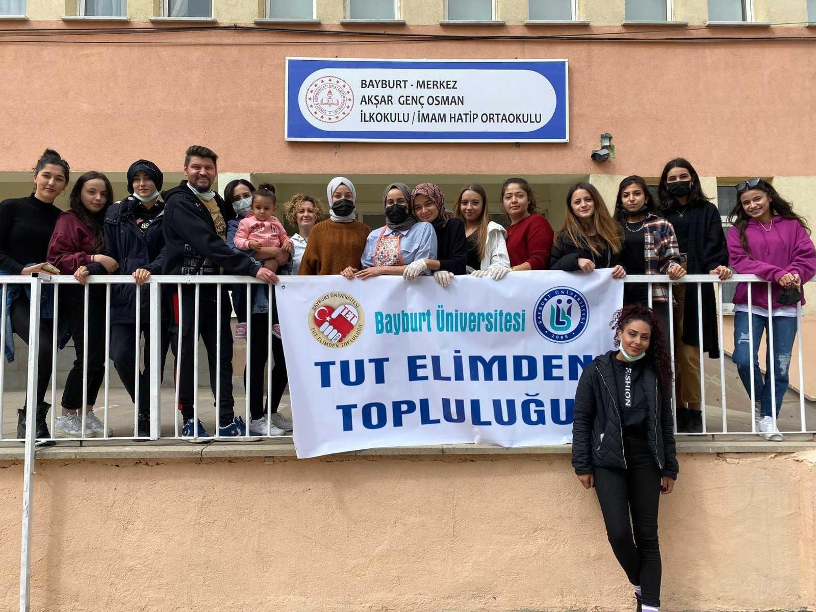 Bayburt'ta üniversite öğrencileri okullarda boyama ve süsleme çalışması yaptı #bayburt