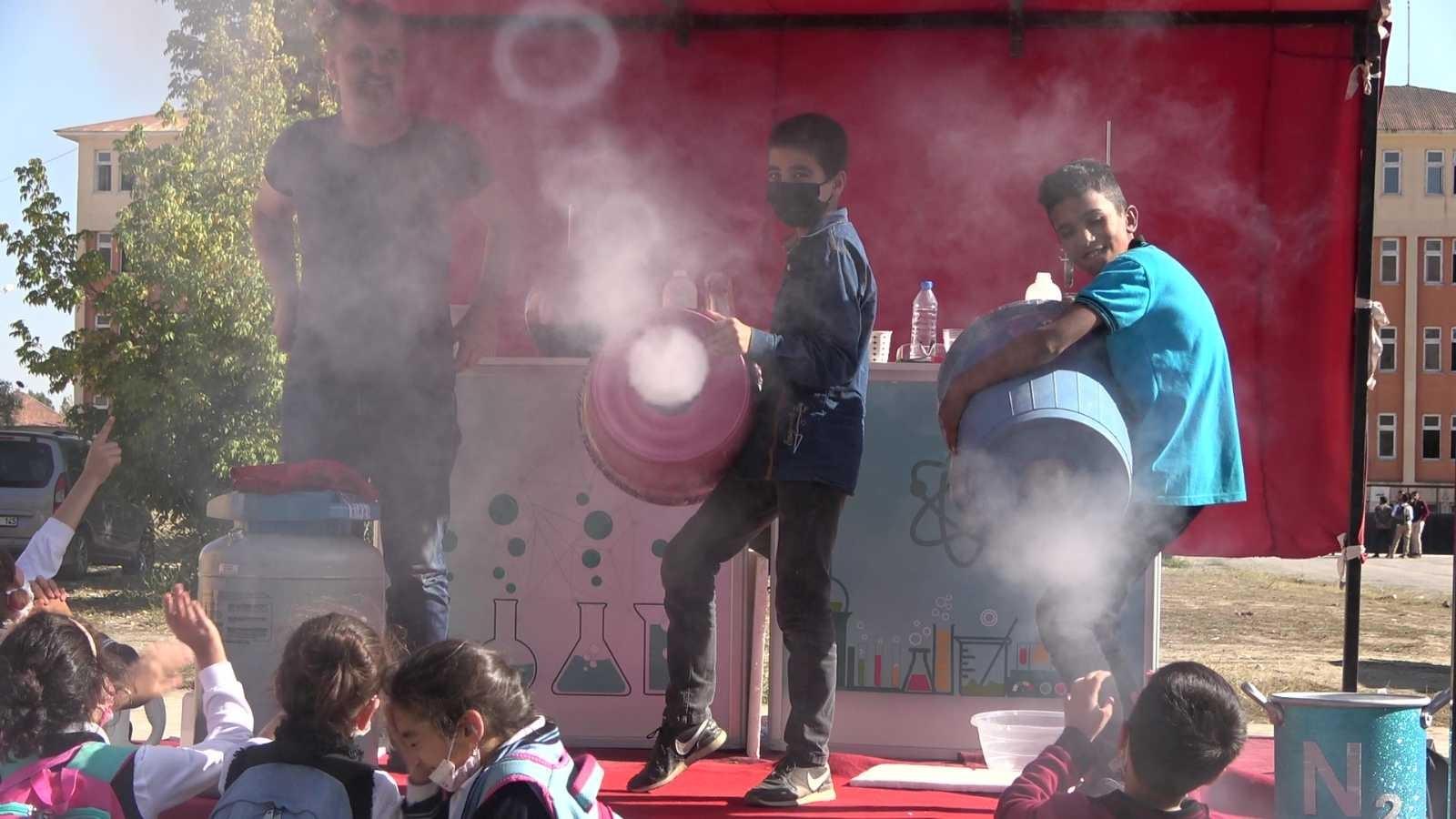 Sahnede deney yaparak hem şaşırttılar hem eğlendirdiler #hakkari