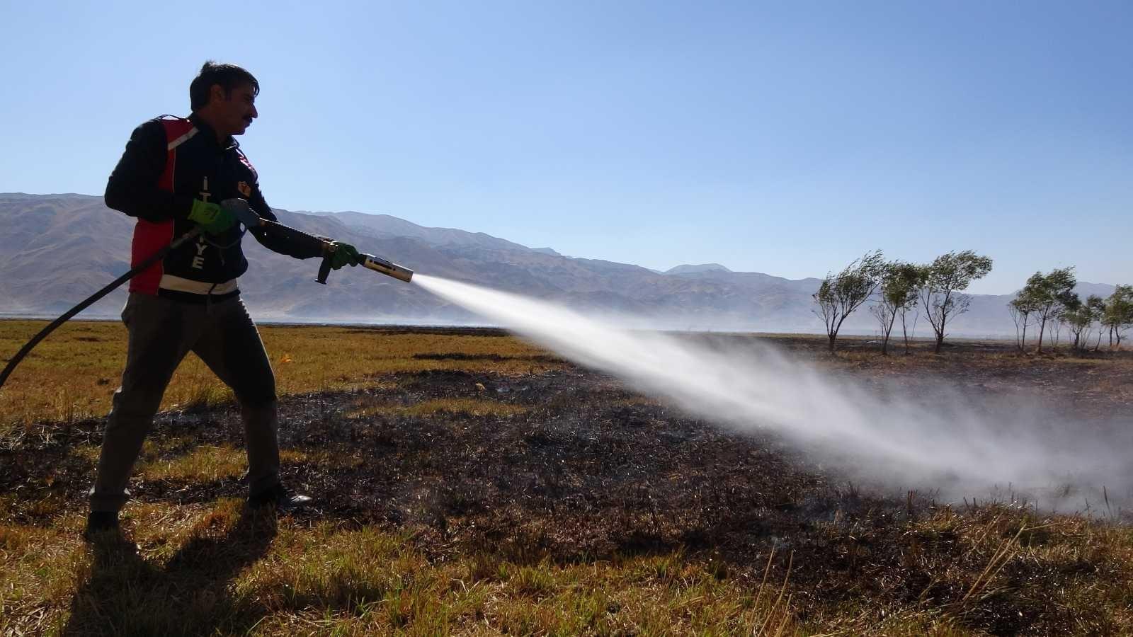 Kuş cennetindeki yangın yer yer devam ediyor #hakkari