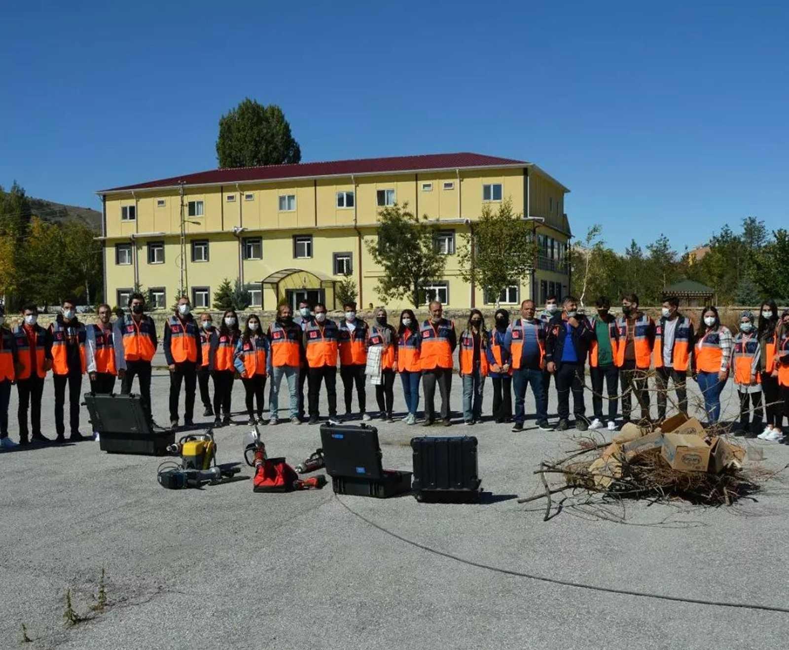 Temel afet eğitimlerini tamamlayan gönüllülere ilk yardım, yangın ve hafif arama kurtarma eğitimleri verildi #bayburt