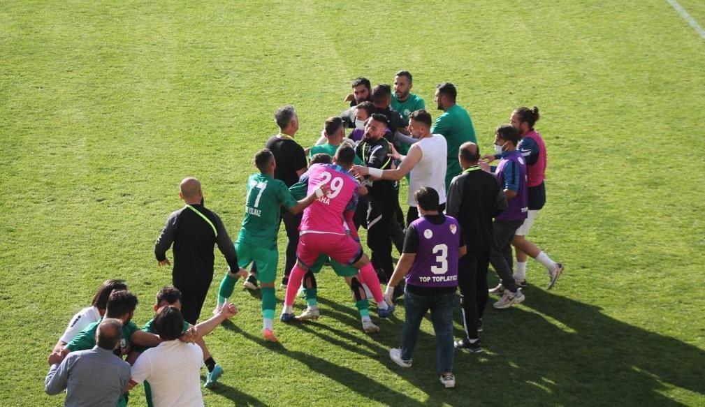 Bayburt Özel İdarespor ile Sivas Belediyespor arasında oynanan gergin maç golsüz sona erdi #bayburt