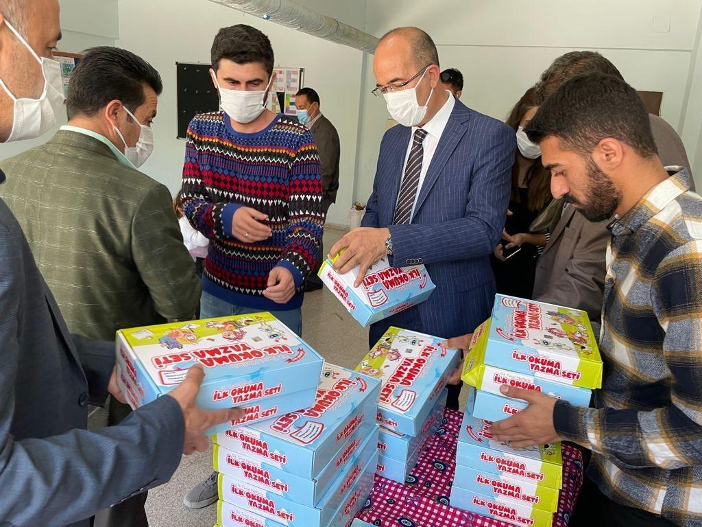 Esendere Belde Belediyesi öğrencilere kitap dağıttı #hakkari
