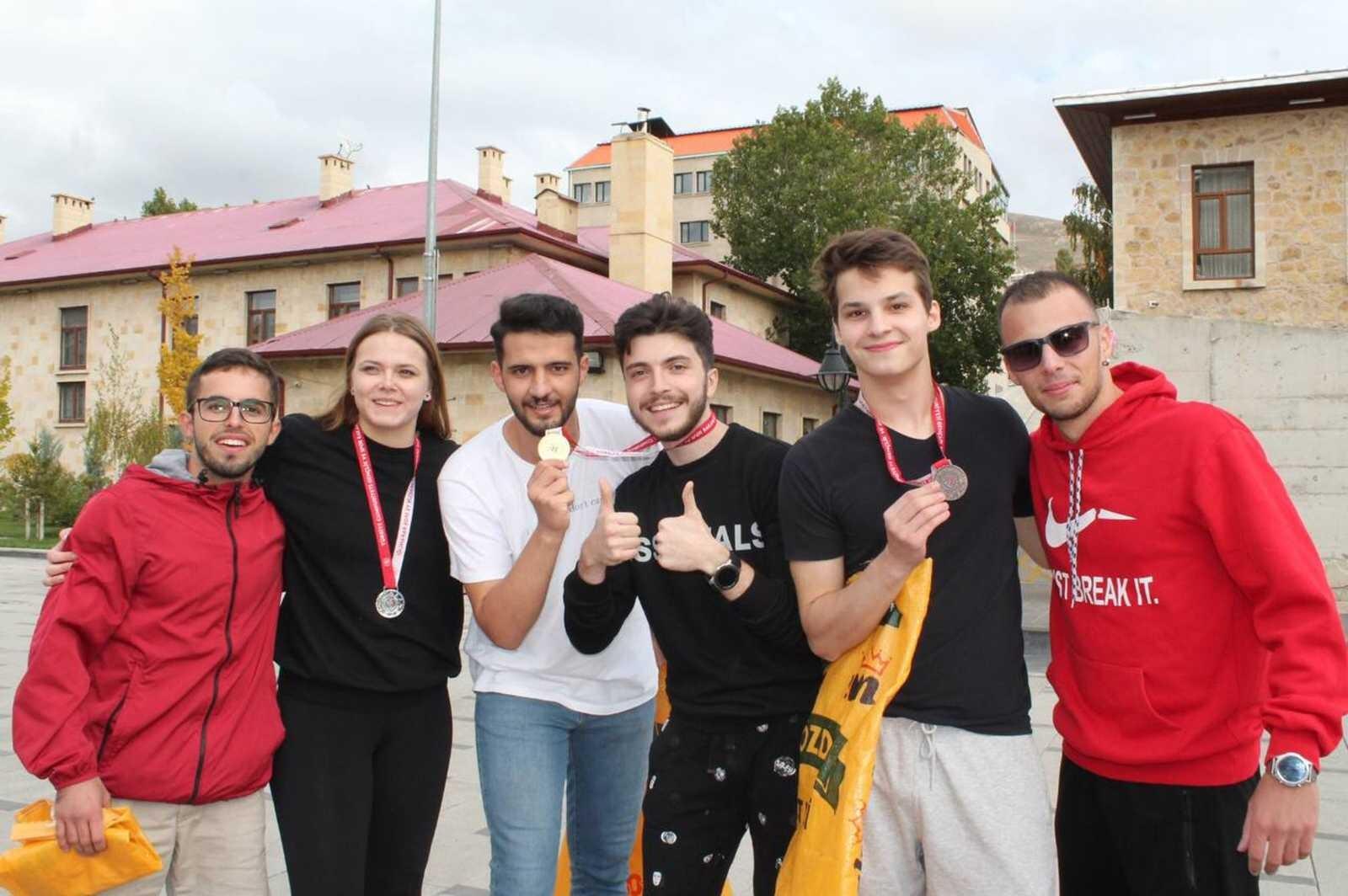 (Özel) Yabancı uyruklu üniversite öğrencileri, çuval yarışı, yakan top, yumurta taşıma oyunlarıyla doyasıya eğlendi #bayburt