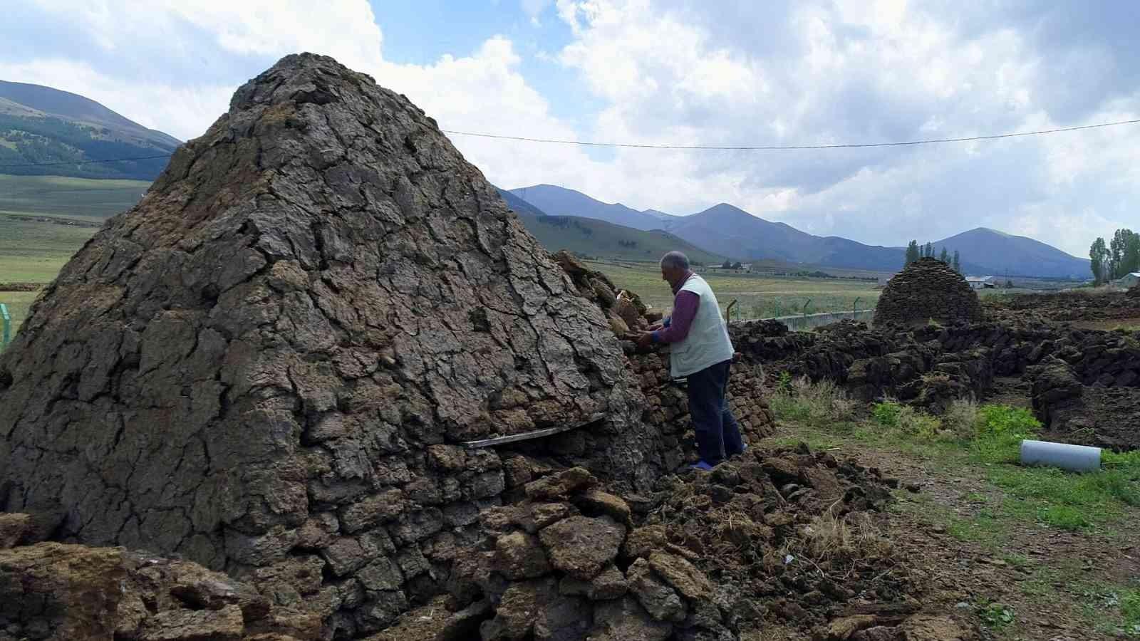 Bayburt'ta köylerin vazgeçilmez yakıtı tezek oldu #bayburt