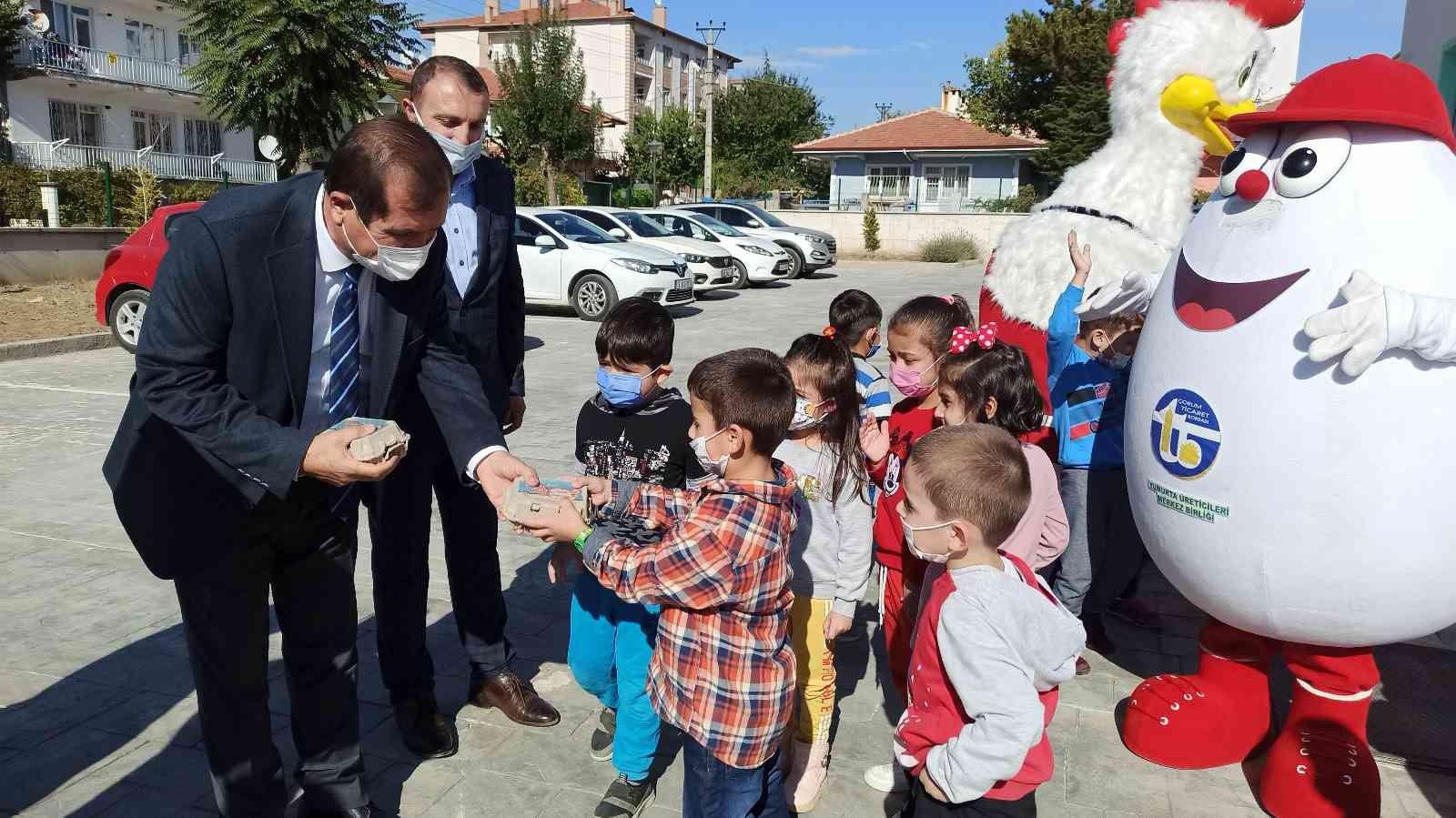 Dünya yumurta günü'nde çocuklara yumurta dağıtıldı #corum
