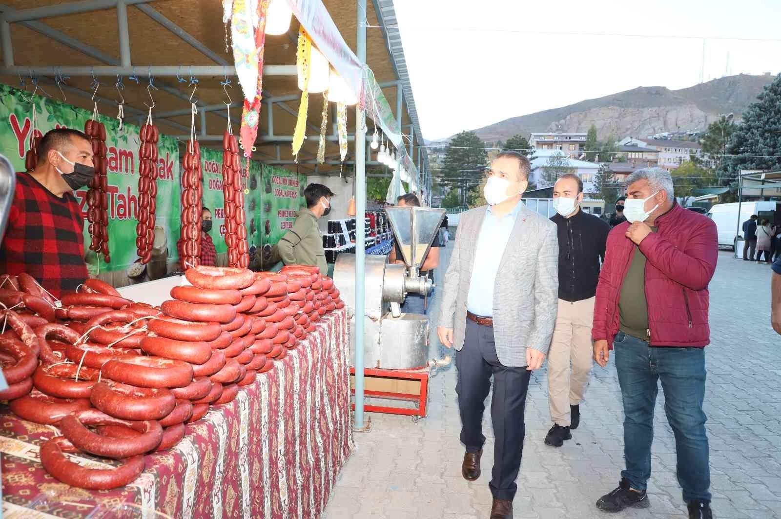 Vali Akbıyık, Yöresel Lezzetler Fuarını ziyaret etti #hakkari