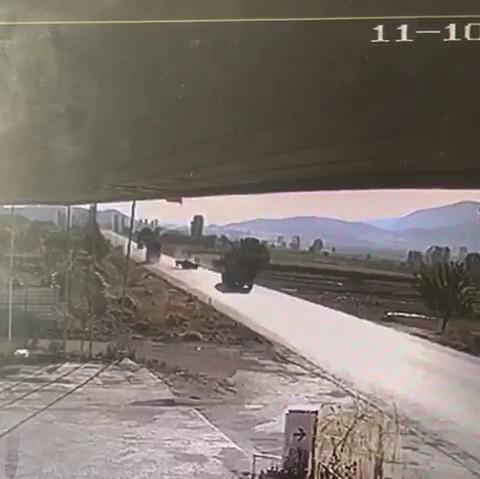 Burdur'da tırla, traktörün çarpıştığı kaza anı güvenlik kamerasında #burdur