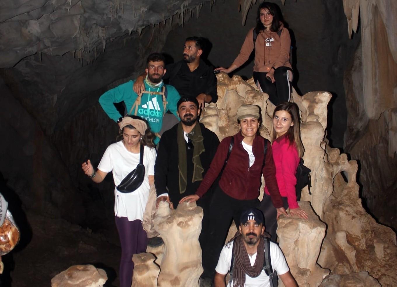 İçerisinde sarkıt ve dikitler olan mağara büyülüyor #hakkari