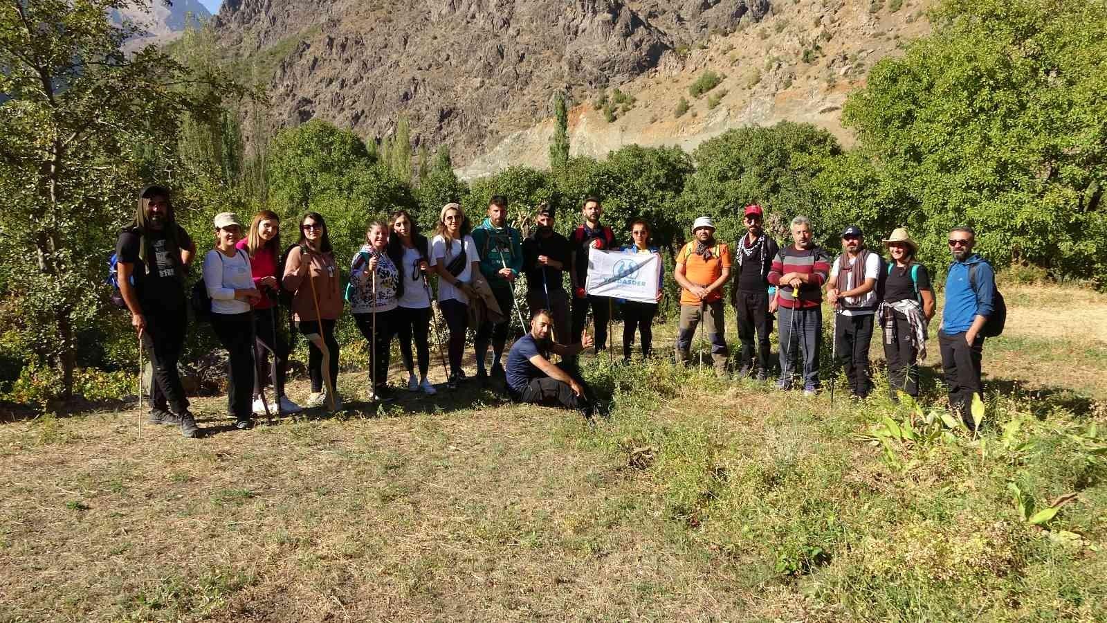 Yüksek rakımlı dağlarda doğa yürüyüşü yaptılar #hakkari