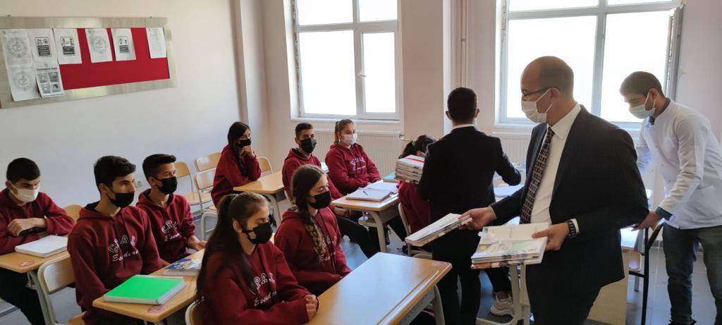 Esendere Belediyesi sınırda bulunan öğrencilere kitap hediye etti #hakkari