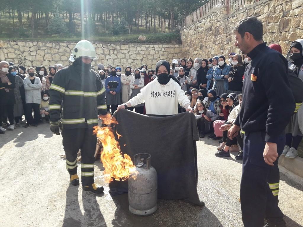 Bayburt Kız Anadolu İmam Hatip Lisesinde yangın tatbikatı gerçekleştirildi #bayburt