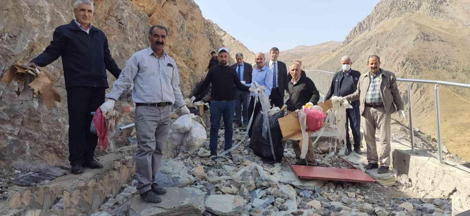 Hakkari-Van karayolu çöplerden temizlendi #hakkari