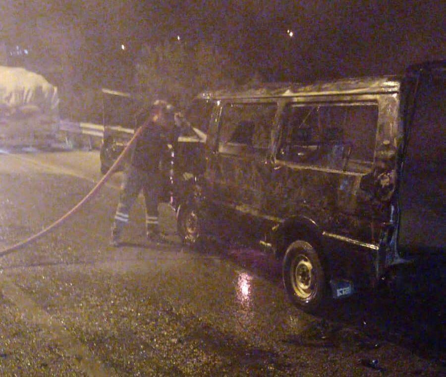 Kamyonete çarpan minibüs küle döndü #corum