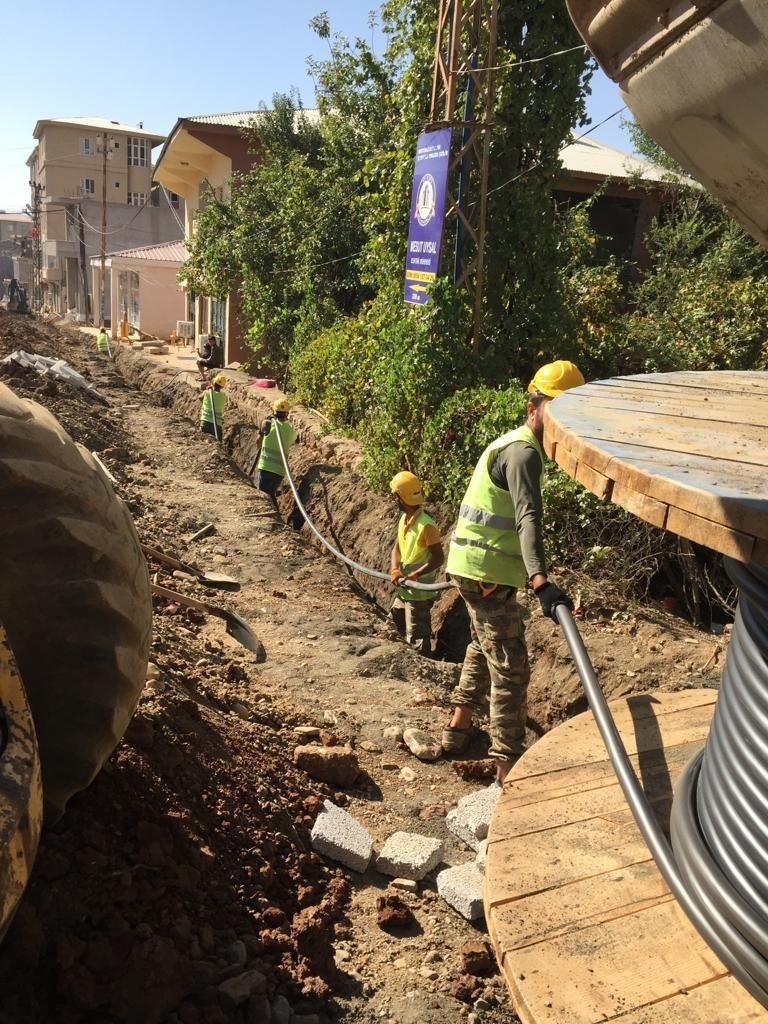 Derecik'te elektrik hatları yer altına alınıyor #hakkari