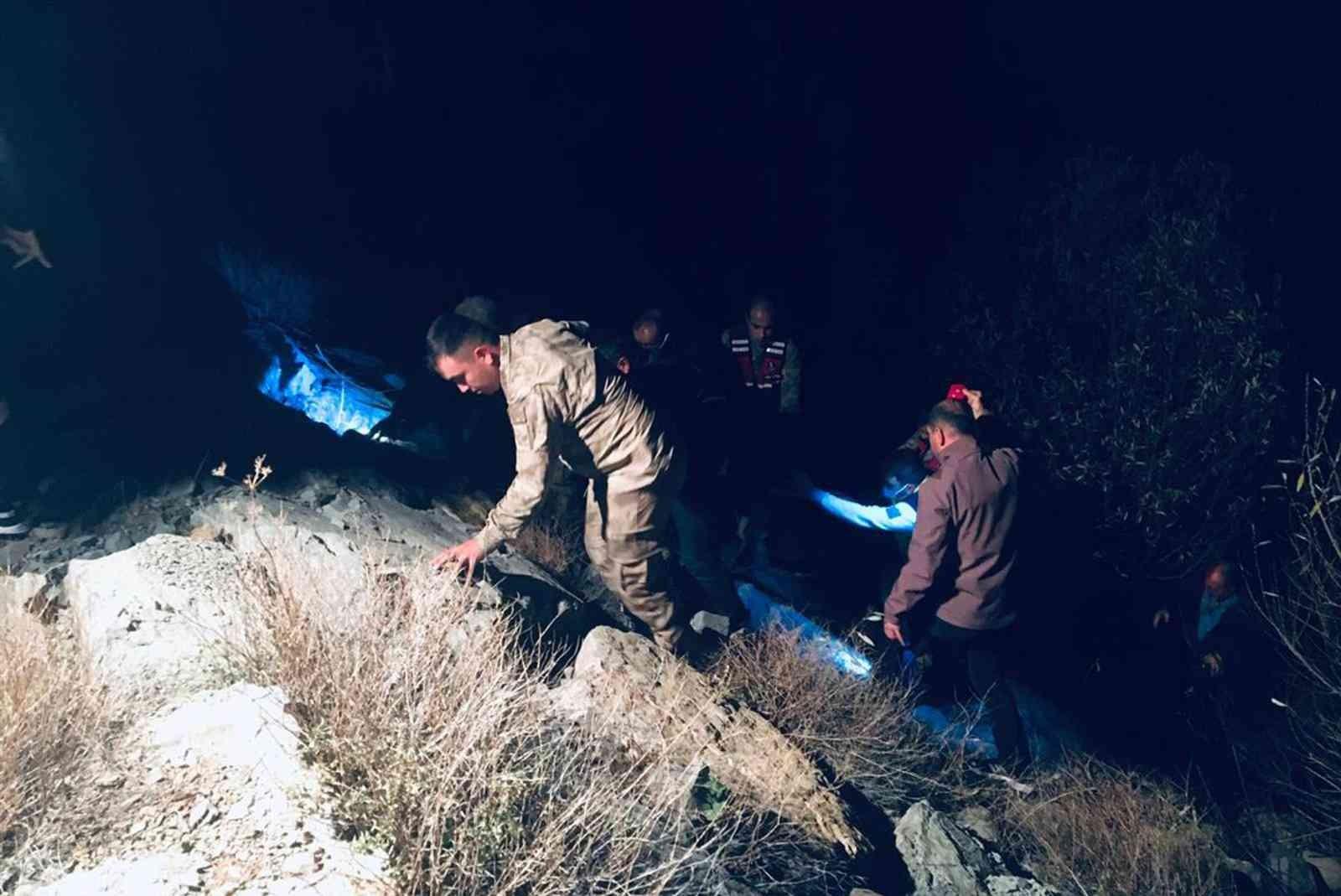 Bayburt'ta otomobil dereye uçtu: 1 ölü, 1 yaralı #bayburt