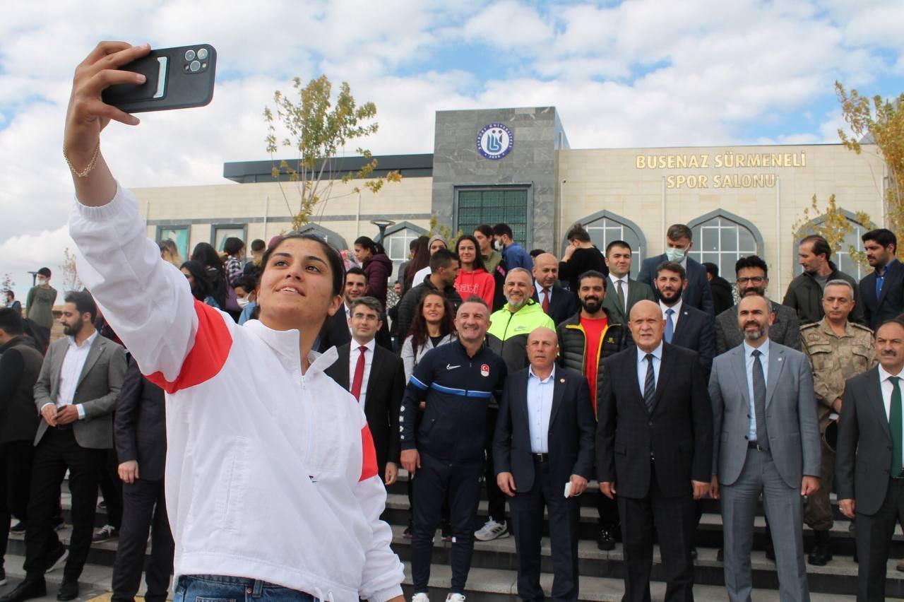 Olimpiyat şampiyonu Busenaz Sürmeneli'nin ismi öğrencisi olduğu üniversitenin spor salonuna verildi #bayburt