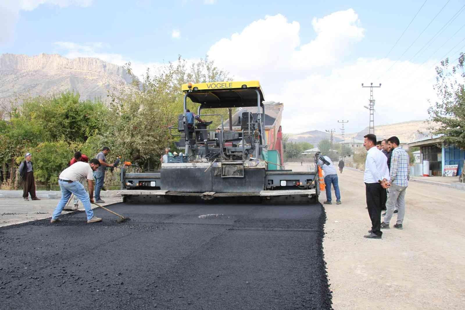Derecik ilçesi sıcak asfalta kavuştu #hakkari