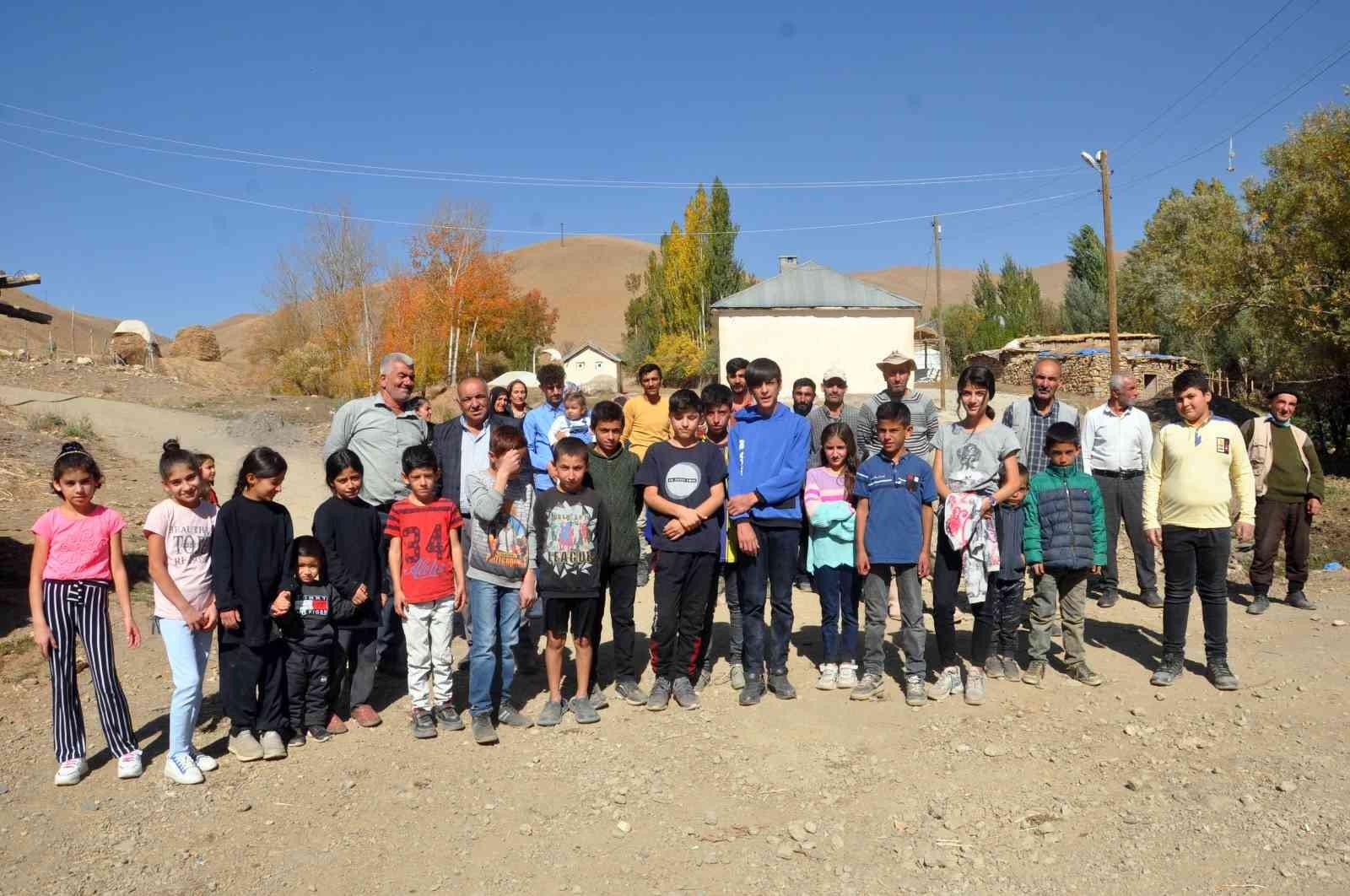 Okula ulaşmak için her gün kendi imkanlarıyla 30 kilometre yol gidiyorlar #hakkari