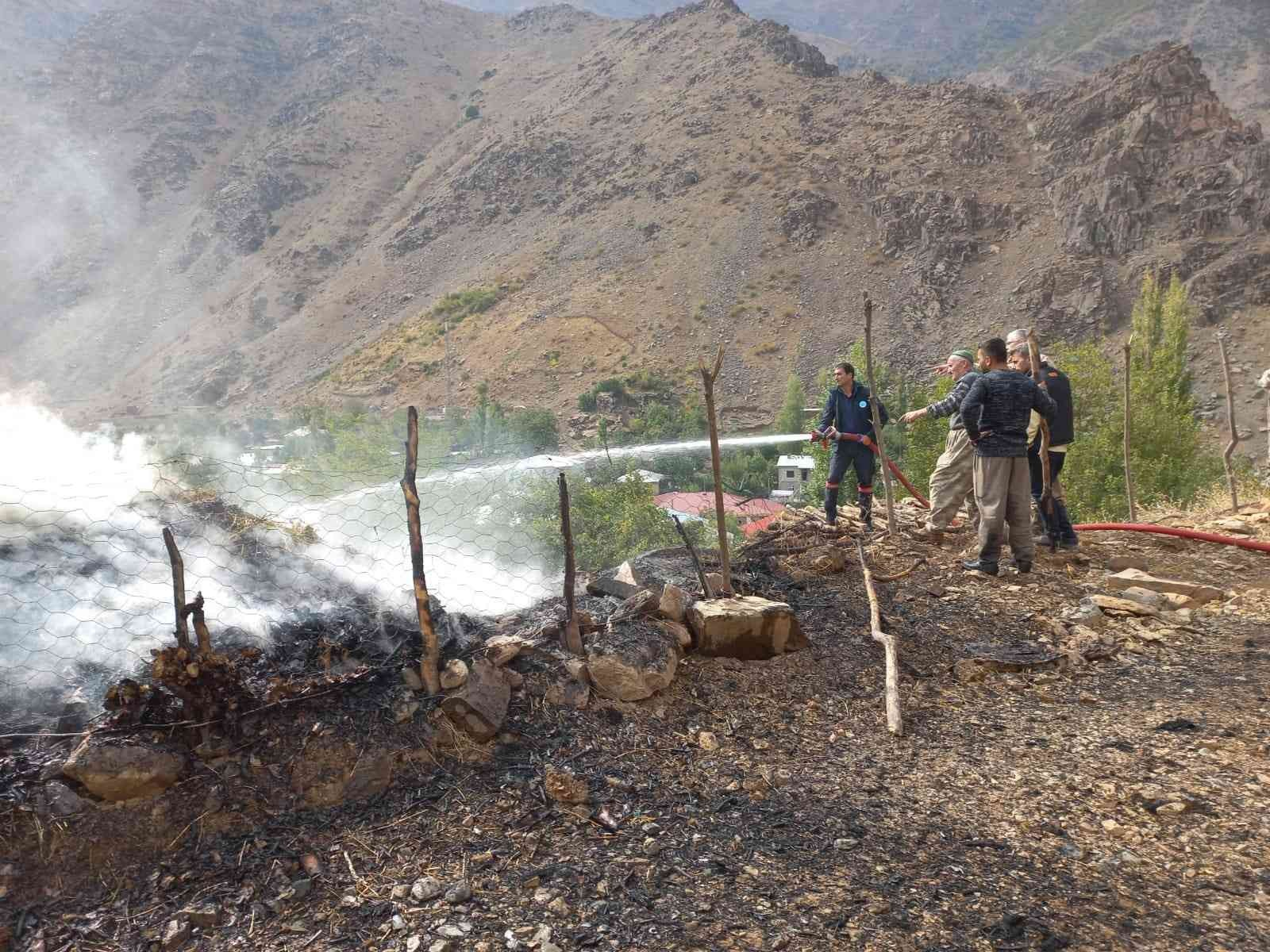 Hakkari'de 480 bağ ot yandı #hakkari
