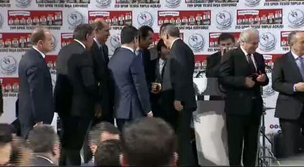 Başbakan Erdoğan top dağıttı