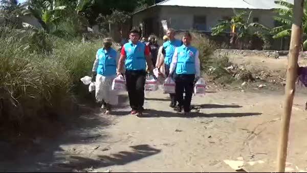 Milli Güreşçi Rıza Kayaalp, Zanzibar'da kurban eti dağıtıp çocuklarla eğlendi