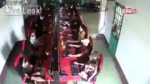 Otomobil internet cafeye böyle girdi!